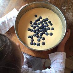 Schneller Rührkuchen – kinderleicht Und wenn ich kinderleicht schreibe, dann meine ich auch kinderleicht  Bei diesem Kuchen kann tatsächlich nicht viel schief gehen. Er besteht nur aus wenigen Zutaten, ist geschmacklich aber sensationell. Nicht zu süß und von der Konsistent erinnert er ein wenig an festen Pudding. Mit der Kombination Heidelbeeren bekommt der Kuchen …