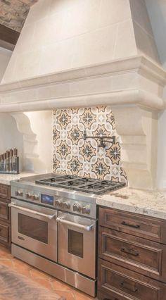 Spanish Style Interiors, Spanish Style Bathrooms, Spanish Style Decor, Spanish Interior, Spanish Style Homes, Spanish Style Kitchens, Modern Spanish Decor, Spanish Design, Spanish Revival