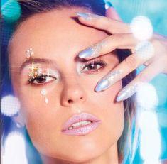Paolla Oliveira está toda trabalhada no carnaval nesse ensaio maravilhoso para a @Voguebrasil, feito com a nova coleção de batons Epic. Se você também quer deixar os lábios preparados para o baile, inspire-se!  #ReveleSeuMaximo #AvonUberlândia #PaollaOliveira #CarnavalAvon