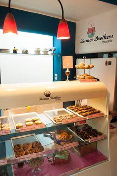 El Burner Brothers es una pequeña y agradable pastelería y repostería donde podrás disfrutar de una exquisita oferta de tartas y bizcochos caseros. Un lugar acogedor y con encanto, perfecto para perderse a cualquier hora del día y desconectar de la rutina.