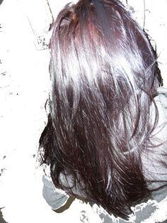 Voilà plus de 3 ans que j'utilise le henné, j'ai réalisé des expériences sur moi-même avec un certain nombre de poudre tinctoriale pour dissimuler les cheveux blancs parce que oui il faut le dire cacher ses cheveux blancs avec le végétal est plutôt contraignant...