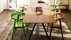 Green wishbone chairs. Salle à manger IKEA avec table et chaises en placage de noyer