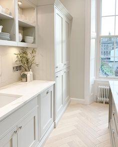 Home Decor Kitchen, Kitchen Interior, Home Kitchens, White Wood Kitchens, House Extension Design, Dining Room Table Decor, Laundry Room Inspiration, Küchen Design, Kitchen Flooring