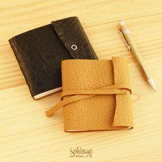 Handbound leather notebooks. Square format / Cuadernos de piel hechos a mano en formato cuadrado