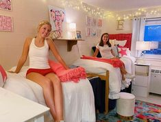 I could not have asked for better inspiration for my dorm room than these insanely cute dorm rooms from this year!! College Walls, College Dorm Rooms, Freshman Outfits, Freshman Year, Cool Dorm Rooms, Dorm Room Designs, Apartment Decorating On A Budget, Apartment Hacks, Dorm Room Organization