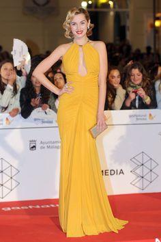 Ana de Armas con un modelo en color mostaza de Zuhair Murad  en el Festival de cine de Málaga 2014.