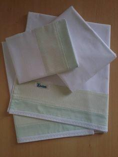 Jogo de lençol padrão americano 03 peças 100% algodão com barrado em tecido e pontos decorativos. *As cores podem escolhidas. Consulte disponibilidade. **As medidas podem ser alteradas conforme necessidade. R$ 69,90