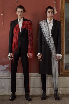 Brush-stroke inspired single-breasted jackets and cigarette trousers. From the Alexander McQueen Spring/Summer 2019 menswear collection. High Fashion, Mens Fashion, Fashion Outfits, Fashion Trends, Alexander Mcqueen Couture, Facon, Mode Style, Mantel, Catwalk