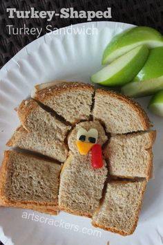 Turkey-Shaped Turkey Sandwich Lunch Idea - - My son loves when I create designs with his lunch. He eats a lot of turkey sandwiches and with Thanksgiving coming up, I decided it would be cute to make his turkey sandwich look like a turkey! Find out how. Roast Beef Sandwich, Turkey Sandwiches, Fun Sandwiches For Kids, Baby Food Recipes, Fall Recipes, Holiday Recipes, Greek Recipes, Recipes Dinner, Toddler Meals