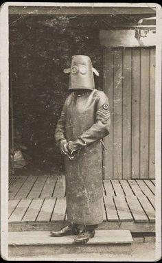 Protective gear for a radiology nurse, circa 1918 Vintage Bizarre, Creepy Vintage, Vintage Stuff, Vintage Nurse, Vintage Medical, Medical Photos, Creepy Photos, Medical History, World War One