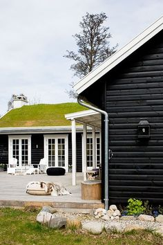 Green roofing, being roofs, vegetated roofs, ecoroofs — all that you desire to call them. Architecture Design, Residential Architecture, Contemporary Architecture, Rue Verte, Roofing Options, Living Roofs, Living Walls, Residential Roofing, Exterior Makeover