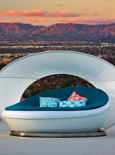 With an innovative design atop an electroplated stainless steel base, the Lagoon Daybed rotates in a full circle to provide you with the view of your choice.