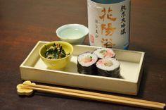 【鯛の巻き寿司】今日は美味しいお酒があるからとじっくり悩んで巻き寿司に。スーパーのパック寿司は日曜のご馳走です。付け合わせはニラのツナ和えを盃一つ分だけちびちびと。今日のお酒は、埼玉・南陽醸造さんの「花陽浴」純米大吟醸無濾過生原酒。「はなあび」と読む名前もまた素敵ですね。