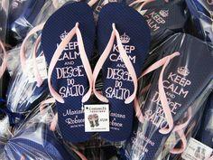 A @custumizu faz chinelos personalizados com muita qualidade e ótimo design! Suas convidadas vão AMAR descer do salto com um desses. Orçamento  (11) 99851-4891 noe-mail:  orcamento@custumizu.com.br ou noInstagram: @custumizu Eles entregam em todo Brasil!