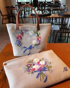 Types Of Purses, Types Of Handbags, Embroidery Purse, Cross Stitch Embroidery, Wool Applique Patterns, Punch Needle Patterns, Brazilian Embroidery, Cute Tote Bags, Jute Bags