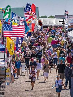 Flea market to visit in Indiana: Shipshewana Auction & Flea Mkt, May to October. Antique Fairs, Antique Market, Antique Stores, Vintage Market, Places To Travel, Places To Go, Travel Things, Vacation Places, Vacation Spots