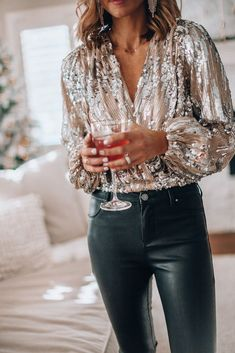 Sequin top and leather pants for holiday party outfit Nye Outfits, New Years Eve Outfits, Casual Outfits, Fashion Outfits, Fashion Trends, Winter Outfits, Looks Style, My Style, Glam Style