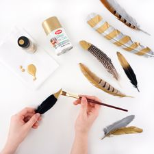 Gilding Feathers : Working with Feathers : Tips and Techniques from The Feather Place. Turkey Feathers, Bird Feathers, Painted Feathers, Feather Hat, Feather Jewelry, Diy Arts And Crafts, Fun Crafts, Metallic Spray, Metallic Paint