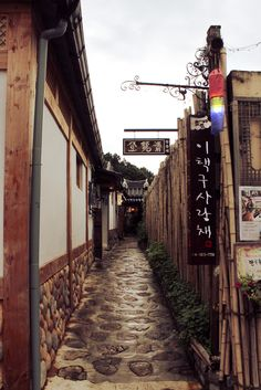 Metal sign with wood elements. An alley of Hanok-village in Jeonju, Korea South Korea Seoul, South Korea Travel, North Korea, Jeonju, Places To Travel, Places To Visit, Asia, Suwon, Korean Traditional