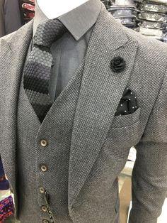 Darker, plain tie preferred instead. Sharp Dressed Man, Well Dressed Men, Mens Fashion Suits, Mens Suits, Mens 3 Piece Suits, Groom Suits, Groom Attire, Estilo Cool, Mode Costume