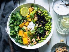 Aasialainen, raikas mango-edamame-musta riisisalaatti (V, GF) Edamame, Mango, Something Sweet, Sweet And Salty, Cobb Salad, Vegetarian Recipes, Salads, Fruit, Manga