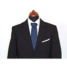 Diese moderne Krawatte in Navyblau mit feinen Streifen passt optimal zu Ihrem Business-Outfit. Das kräftige Blau mit den feinen Streifen ist ein klassisches, zeitloses Design für Krawatten.  Die Krawatte besteht aus 100% Seide.