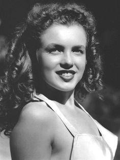 Afbeeldingsresultaat voor Norma Jean Dougherty (aka Marilyn Monroe) in 1945 Joven Marilyn Monroe, Estilo Marilyn Monroe, Marilyn Monroe Fotos, Young Marilyn Monroe, Norma Jean Marilyn Monroe, Hollywood Glamour, Classic Hollywood, Old Hollywood, Hollywood Actresses