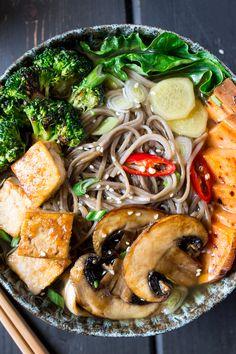 ramen z grilowanymi warzywami i tofu z bliska