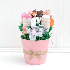33 Ideas Baby Essentials Basket Products For 2019 - List of the most beautiful baby products Baby Shower Gift Basket, Baby Shower Gifts, Baby Shower Centerpieces, Baby Shower Decorations, First Birthday Gifts Girl, Baby Bottle Storage, Homemade Baby Toys, Baby Bouquet, Woodland Baby