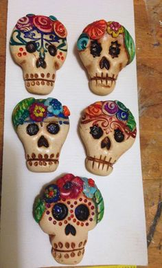 Art Jewelry Elements: Day of the Dead Sugar skull tutorial Sugar Skull Makeup, Sugar Skull Art, Sugar Skulls, Candy Skulls, Jewelry Crafts, Jewelry Art, Skull Jewelry, Ceramic Jewelry, Biscuit
