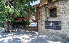 Entrée du Moulin de Lourmarin côté château #edouardloubet #maisonsedouardloubet #lemoulindelourmarin #luberon #myluberon #destinationluberon #provence