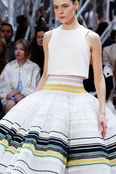Christian Dior – Haute Couture – Printemps 2015. Les défilés Haute Couture viennent de s'achever et il est toujours intéressant de regarder de plus près les techniques incroyables…