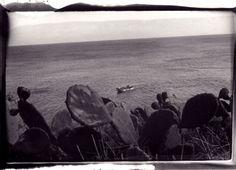 """opera complessiva di n.46 tavole fotografiche cm 13x18 stampate in camera oscura, tecnica a pennello su carta baritata. Progetto Fotografico """"Mare Salato"""" Nell'isola di Capraia, immaginando Ulisse, il viaggio e il mito, i fantasmi e le paure, il sogno e la fuga. Ogni opera è unica 1/1 #mare #fotografia #arte #bn #collezione"""