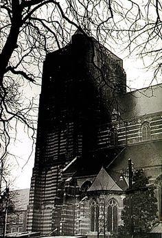 Oirschot, Markt - Zuidzijde van de toren en gedeelte van het schip van de St. Petruskerk Auteur: niet vermeld - 1950