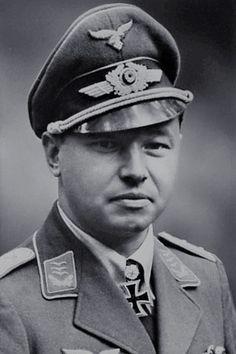 """Major Hans (Assi) Hahn (1914-1982), Ritterkreuz 24.09.1940 als Oberleutnant und Staffelkapitän 4./Jagdgeschwader 2 """"Richthofen"""", Eichenlaub (32) 14.08.1941 als Hauptmann und Kommandeur III./Jagdgeschwader 2 """"Richthofen"""" ✠ 108 Luftsiege, ca. 560 Feindflüge. Musste Am 26 Januar 1943 wegen Motorschaden bei Demjansk auf sowjetischer Seite notlanden und Geriet dort in Kriegsgefenschaft."""