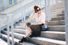Für etwas Glamour im Alltag: Das Outfit mit Tüllrock, Boots mit Schleife von…