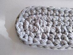 Najskôr uháčkujeme oválne dno. Vytvarujeme ho pridávaním podľa popisu vyššie Merino Wool Blanket, Throw Pillows, Crochet, Bags, Entertainment, Handbags, Cushions, Decorative Pillows, Crochet Crop Top