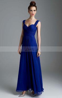 Cette robe saura vous mettre en valeur en temps voulu. C'est une magnifique robe longue de soirée en mousseline de couleur bleue saphir. Elle est constituée de bretelles et son décolleté en V lui ajoute du charme à ce modèle très fluide.