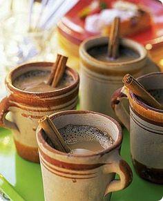 Hot chocolate con cannella.   Ingredienti: per 4 persone  8 dl di latte 5 cucchiai di cacao amaro 5 cucchiai di zucchero di canna 4 cucchiaini di cannella in polvere 4 stecche di cannella 1 presa di noce moscata 1 presa di sale      L'hot chocolate con la cannella è chiamato anche spiced chocolate. La ricetta è eseguita spesso utilizzando cioccolato fondente al posto del cacao.