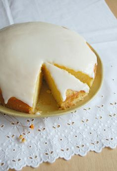 Lemon cornmeal cake with lemon glaze / Bolo de milho e limão siciliano com glacê de limão siciliano by Patricia Scarpin, via Flickr