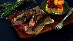 Baconsurret lammefilet med gratinerte rotgrønnsaker Dinner Side Dishes, Dinner Sides, Lamb Dishes, Steak, Bacon, Pork, Food And Drink, Beef, Cooking