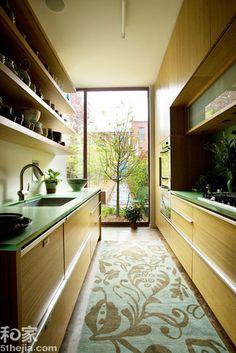 厨房狭窄但十分长,两边都设计上操作台是很聪明的选择,这样也能很好的实现干湿分离,采用绿色与木色的搭配,刻画出别样的自然,最后铺设一条合适的花纹地毯,保护足下也同时予以精美装饰。