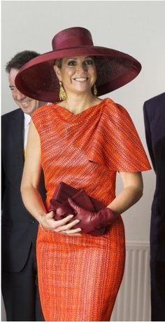 Queen Máxima of the Netherlands looks chic in this super-wide brim. Dame Chic, Estilo Fashion, Queen Maxima, Looks Chic, Royal Fashion, Hats For Women, African Fashion, Fashion Dresses, Stylish