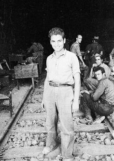 Spain - 1938. - GC - batalla del Ebro - Soldado sonriendo a la entrada de un tunel ferroviario.