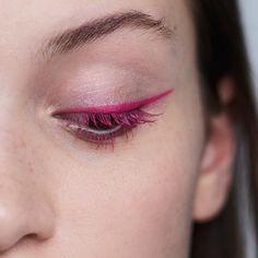 A simplicidade impactante do delineador + rímel rosa pink!