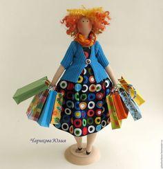 Купить или заказать Шопоголик Люська в интернет-магазине на Ярмарке Мастеров. Шуточная, яркая кукла Люська - отличный подарок для девушки с чувством юмора, обожающей шопинг. Люська пробежалась по торговым центрам, нарядилась в платье из американского хлопка, батистовый шарф, трикотажный кардиган, лабутены(акриловые краски по ткани). В пакетах из скрапбумаги ещё куча обновок (разнообразный текстиль, бусины). На голове прическа от супер модного стилиста (овечьи кудри).