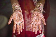 Traditional henna tattoo Photo by Altmix Photography. wedding traditions A Vibrant Indian Wedding with Southern Roots Indian Wedding Henna, Indian Henna, Bridal Mehndi, Henna Mehndi, Henna Art, Southern Weddings, Real Weddings, Wedding Tattoos, Asian Bridal