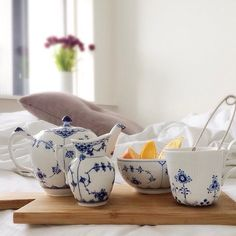 Dreaming of breakfast in bed on this lazy Sunday morning with our current obsession...Blue and white china by #royalcopenhagen. #handpainted #porcelain #repost #mixandmatch #breakfastinbed #blueflutedplain #blueflutedhalflace #blueelements
