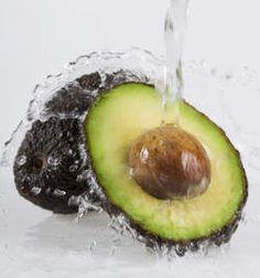 Heerlijke huisgemaakte receptjes voor je huid - Huidverzorging - Goed Gevoel  Avocado Deze vrucht is perfect voor een gezonde en gebalanceerde huid omdat hij barst van de voedende, natuurlijke oliën en vitamines.  Stamp 2 avocado's fijn en voeg een theelepel warme honing en een theelepel amandelolie toe. Breng dit mengsel aan op je gezicht en/of lichaam en laat het 15 minuten inwerken. Reinig na afloop grondig je huid.