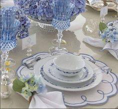 So shabby chic! Elegant Table Settings, Beautiful Table Settings, Love Blue, Blue And White, White Dishes, White Decor, Vintage China, Table Linens, Chicano